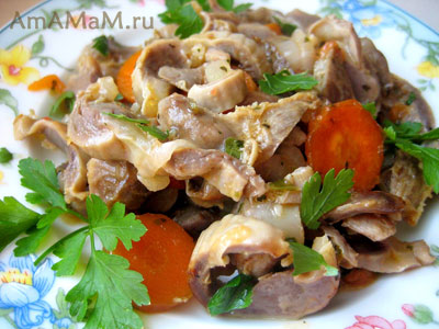 Куриные желудочки, вареные и, затем, тушеные с овощами