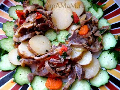 Куриные пупки с картошкой и огурцами