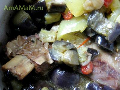 тушеные овощи и говяжьи ребрышки в кастрюле