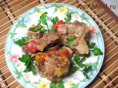 говяжьи ребрышки, тушеные с помидором и перцем