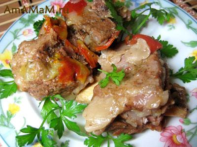 мясо говяжье на косточке, тушеное с овощами