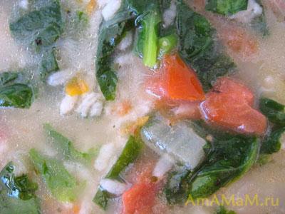 суп с рисом, шпинатом и овощами