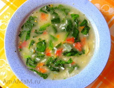 суп со шпинатом, рисом, помидорами, картошкой и морковкой