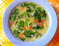 Рисовый суп по шпинатом, картошкой, помидором, луком и чесноком