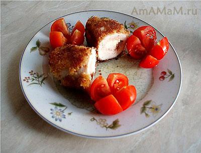 Очень вкусные рулетики из куриного мяса с начинкой из сыра и помидоров