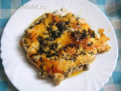 Порция рыбной запеканки из палтуса, морковки, лука и зеленого горошка со сметаной, майонехом, сыром и укропом
