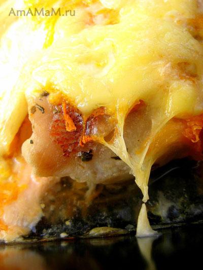 Филе морского окуня, запеченое в духовке с морковкой, сметаной, майонезом, базиликом и сыром