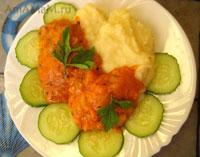 Жареная рыба с подливкой, картошкой пюре и огурчиком