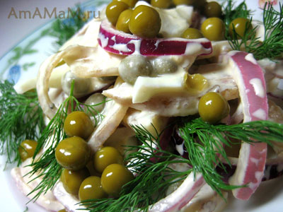 Салат из яиц, свиных ушек, горошка, лука и майонеза