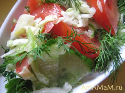 салат из огурцов, помидоров и капусты готов