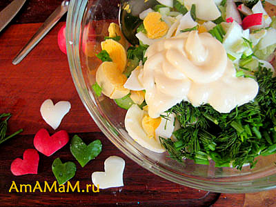 Нарезанный салат из редиса, яиц и огурцов