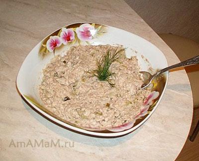Рыбный салат из консервированой рыбы сайры с рисом, солеными огурцами и луком