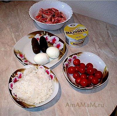 набор продуктов для салата с креветками, рисом и огурчиками