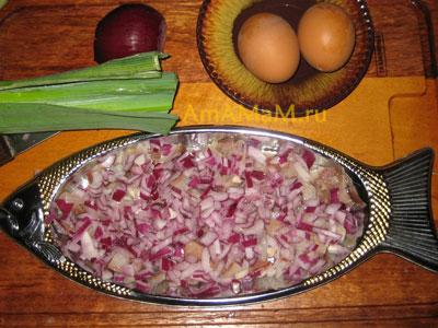 Посыпаем селедку мелко нарезанным луком
