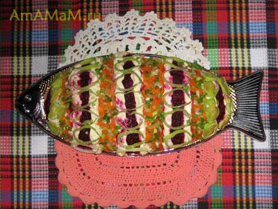 Готовая Селедка под шубой, украшення морковкой, свеклой и луком - порееем