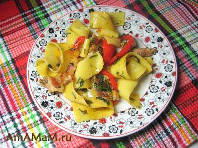 Очень вкусная итальянская лапша с грудинкой и овощами