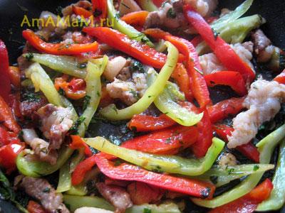 Грудинка, помидоры, лук, чеснок и сладкий перец обжариваются на сковороде