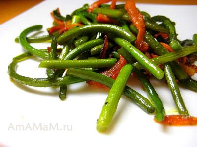 чесночные стрелки, морковка жареные