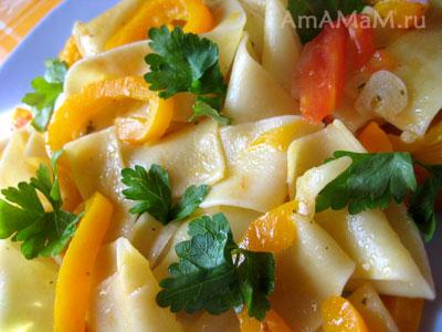 Штрудли (паста) с помидорами, луком, чесноком и сладким перцем