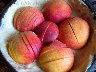 Персики надрезать и выложить срезом вниз на тесто. А потом залить суфле