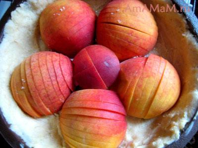 Вот так можно выложить надрезанные персики, без морковного слоя, сразу на тесто