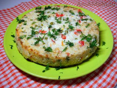 суфле из риса, запеченное с горошком, сладким перцем, луком и чесноком