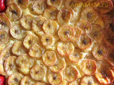 творожное суфле со слоем бананов, карамелизировавшихся при выпекании