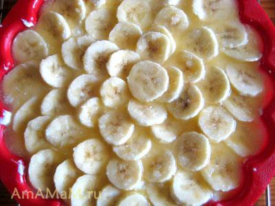 суфле выложено в форму и украшено бананами, которые политы соусом из масла и сахара