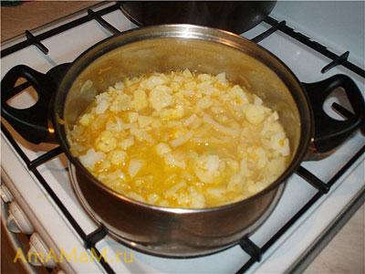 В кастрюле варятся овощи - основа для нашего вкусного супа-пюре