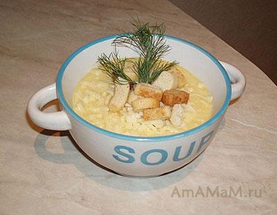 Сырный суп-пюре с цветной капустой, посыпанный сухариками и украшенный зеленью
