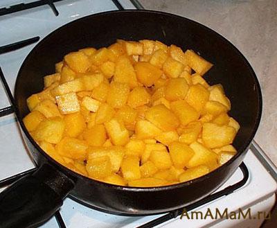 Кубики тыквы обжариваются для приготовления вкусного тыквеного супа-пюре