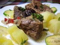 Тушеная свинина с имбирем, чили и луком, с гарниром из ананасов и фейхоа