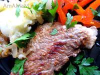 Жареная свинина с перцем, луком и картофельным пюре