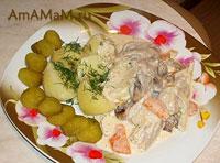 Очень вкусная тушеная в духовке свинина с овощами и сметанным соусом
