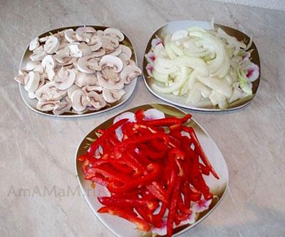 Нарезка грибов, лука и паприки для тушеной свинины