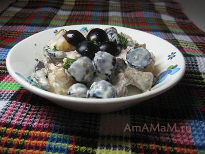 Мясной салат из свинины, винограда, ананаса и грецких орехов