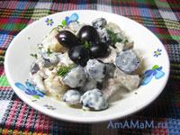 Очень вкусный и простой салат из кусочка мяса, консервированных ананасов и черного (синего) винограда с грецкими орехами
