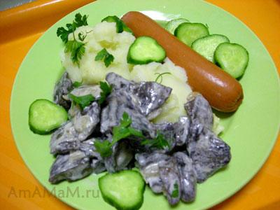 Свинухи с картофельным пбре, огурцами и сосиской