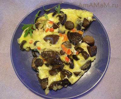 ПОрция вкусного и простого блюда из свинухов - грибного омлета с луком и сладким перцем