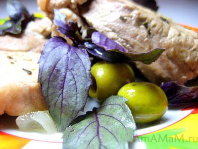 Тушеное мясо свинины с оливками и базиликом