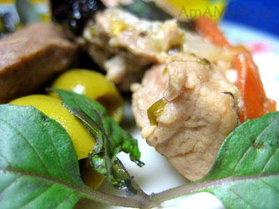 тушеная свинина с базиликом, оливками и помидорами