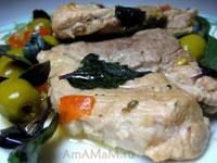 тушеная свинина с помидором, базиликом и оливками