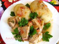 свинина, тушеная небольшими кусочками, с помидором, луком и зеленью