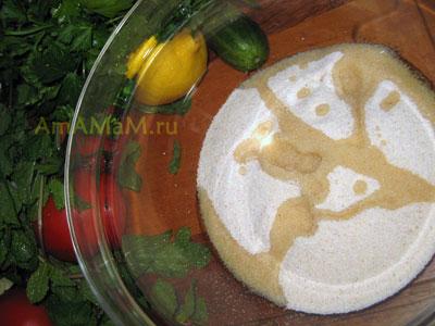 Булгур (кус-кус или манку) залить маслом и лимонным соком