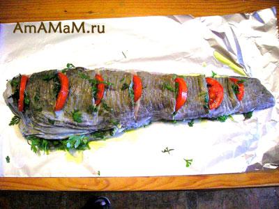 Треску (менька) начинили зеленью и помидорами и оставили отдыхать - мариноваться