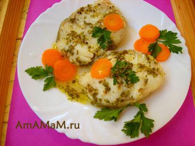 Рыба менёк, вареная и политая лимонным соусом, с овощами и зеленью