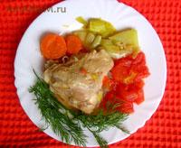 тушеная курица с помидорами, перцем , морковкой и луком-пореем