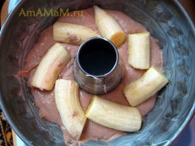 Банановый пирог (кекс) с творожно-шоколадным тестом на основе манки