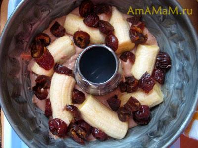 Кекс с бананами и финиками в твородном тесте шоколадного манника, этапы приготовления - выкладываем финики