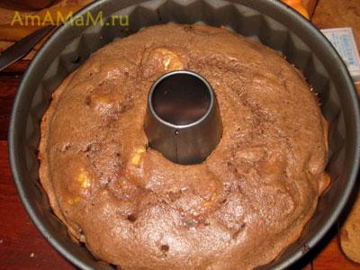 Готовый банановый кекс в форме для запекания с дырочкой, кекс остывает